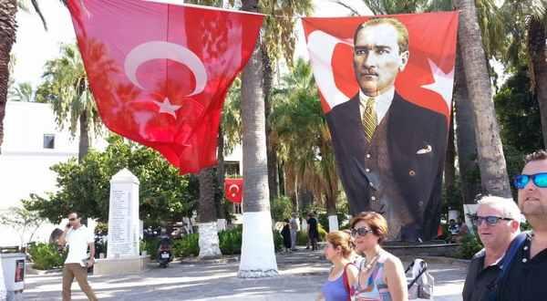 トルコ国旗とケマル・アタチュルク