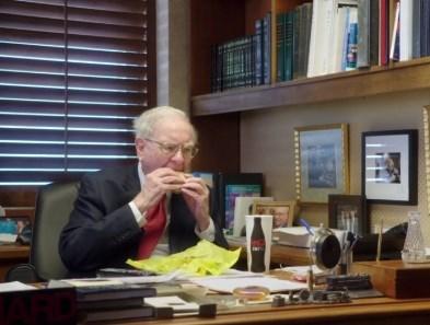 マクドナルドを食べるウォーレーンバフェット