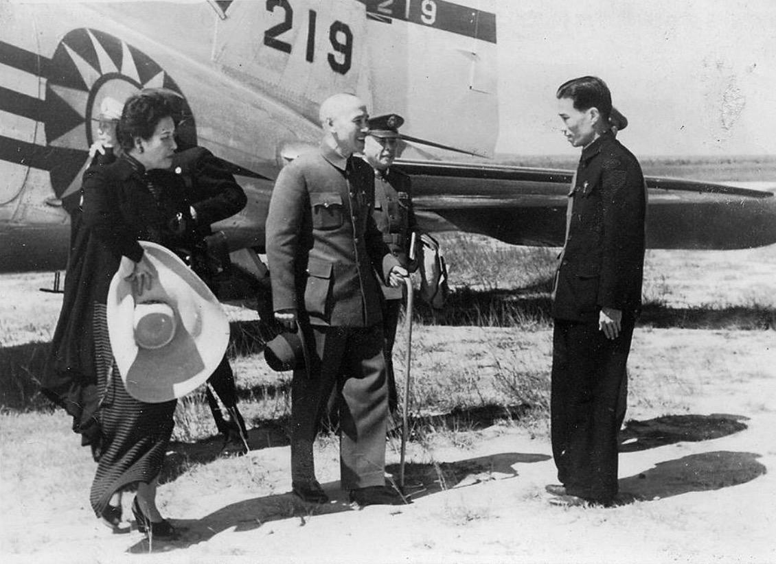 台湾に降り立つ蒋介石と宋美齢
